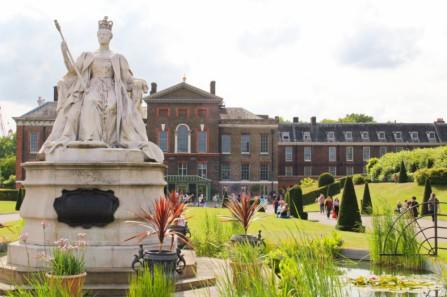Kensington palace and Victoria statue
